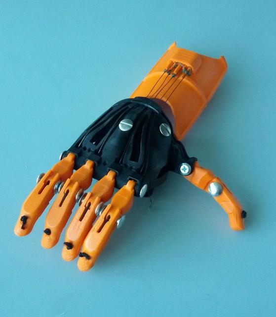 Protesi per la mano condivise e a basso costo grazie alla for Design a basso costo