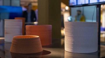 Olivier van Herpt crea oggetti in ceramica usando le onde sonore sulla stampante 3D