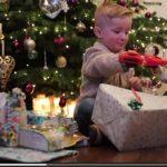 Bambino di 4 anni festeggia il Natale con la sua nuova  Mano Bionica stampata in 3D