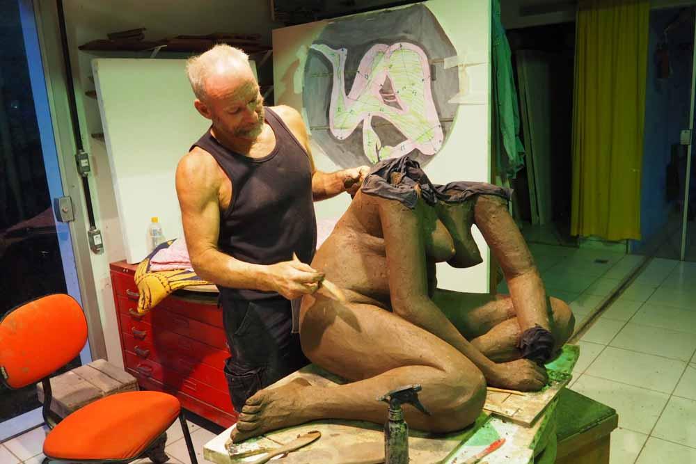 """Daniel Maillet modellando a mano con modello al vivo""""."""
