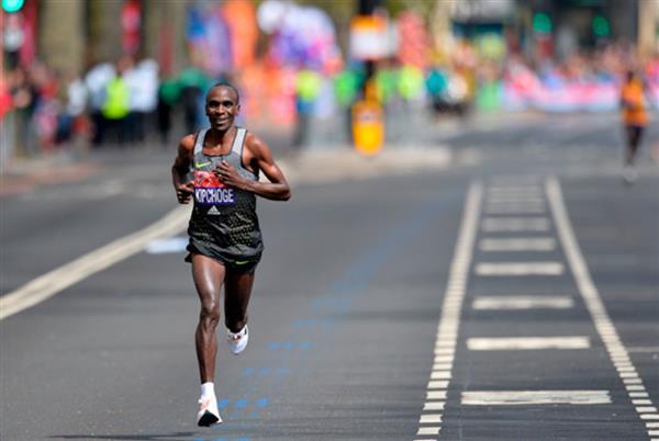 Eliud Kipchoge correrà a Londra con scarpe Nike stampate in 3D per ... dd2f5bc5158