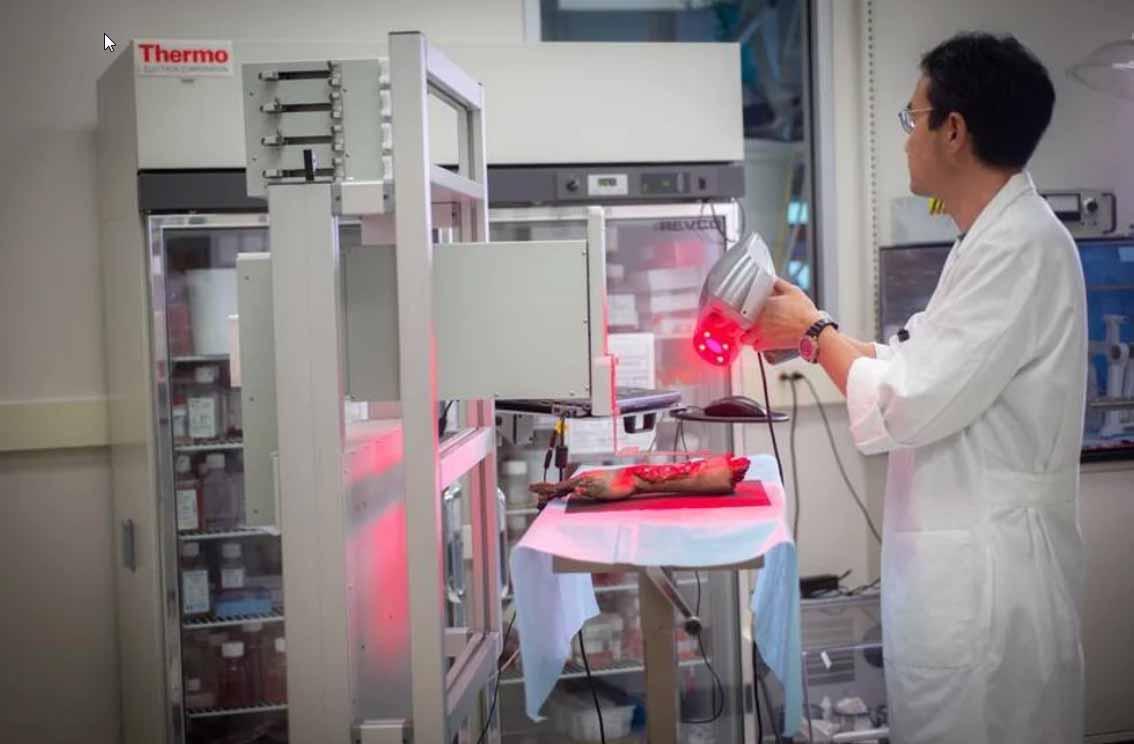 Un ricercatore esegue la scansione di una mano modello per testare la stampante