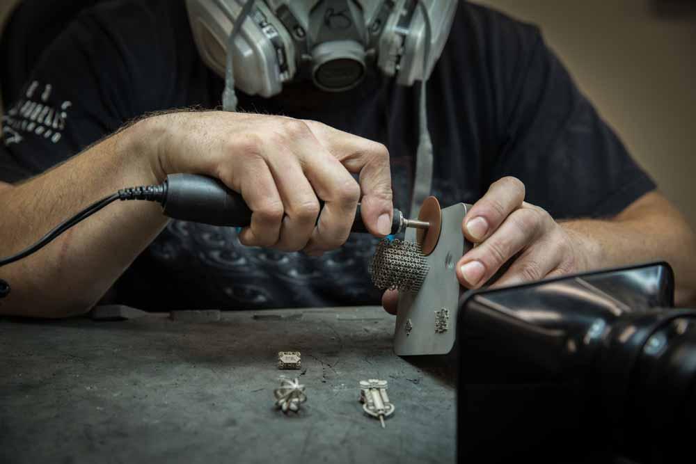 rimozione dalla piattaforma di costruzione di oggetti stampati in metallo
