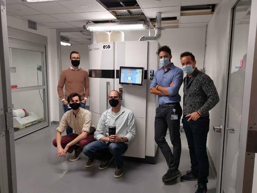 Ingegneri di LimaCorporate davanti al sistema di stampa 3D FORMIGA P 110 Velocis