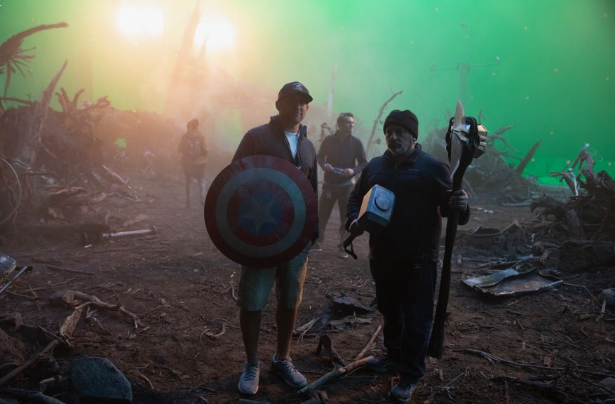 Russell e Travis Bobbitt sul set di Avengers.