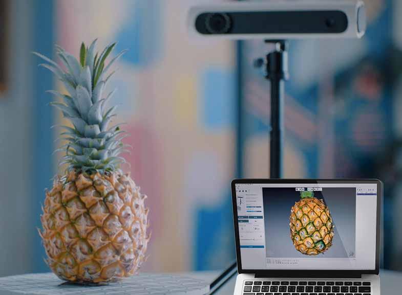 L'edizione premium di CR-Scan 01 di Creality viene utilizzata per scansionare un ananas.